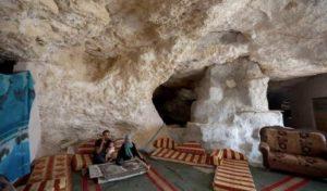 kisah keluarga palestina yang tinggal di gua