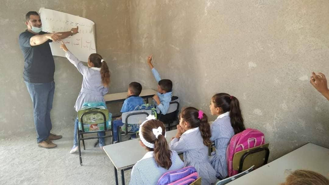 Kursi dan Meja Milik Sekolah Anak Palestina Disita, Siswa Terpaksa Duduk di Tanah